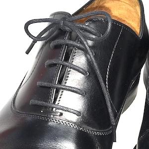 靴紐タイプには靴紐を通す部分の形状で2種類に分かれます。