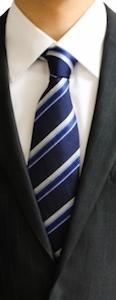 ネクタイはバリエーションに富んだ色が購入できます。その中でも、ビジネスにおいてまず持っていた方が良い色があります。それは「青色系」と「赤色系」です。
