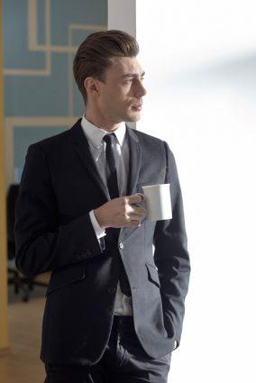 ・襟から出るシャツは1センチ程度 ・袖口から出るシャツは1センチ程度 ・お尻が半分隠れる程度の着丈 ・パンツの丈はハーフクッション程度(靴の甲に触る長さ)